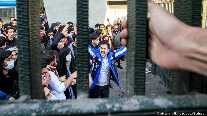 Iran Proteste gegen Regierung in Teheran (picture-alliance/abaca/Stringer)