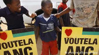 Unterstützer des Afrikanischen Nationalkongresses (ANC) mit bunten Plakaten im letzten Wahlkampf (Foto: dpa)