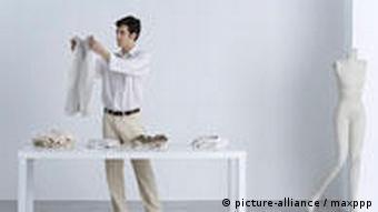 Mann beim Kleidungskauf