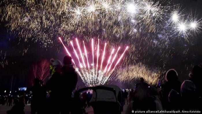 Fireworks in Helsinki, Finnland (picture alliance/Lehtikuva/dpa/A. Aimo-Koivisto)