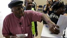 Südafrika wählt neues Parlament - Desmond Tutu bei Stimmabgabe