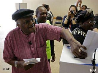 Desmond Tutu berikan suaranya di Cape Town, Rabu (22/04)