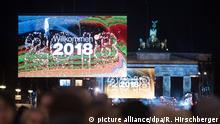 Tausende Zuschauer verfolgen Deutschlands größte Silvesterparty am Brandenburger Tor am 31.12.2017 in Berlin. Auf Monitoren wird das Jahr 2018 Willkommen geheißen. Foto: Ralf Hirschberger/dpa +++(c) dpa - Bildfunk+++   Verwendung weltweit