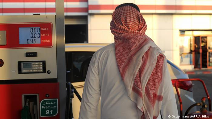 Saudi Arabien | Tankstelle in Jeddah (Getty Images/AFP/A. Hilabi)