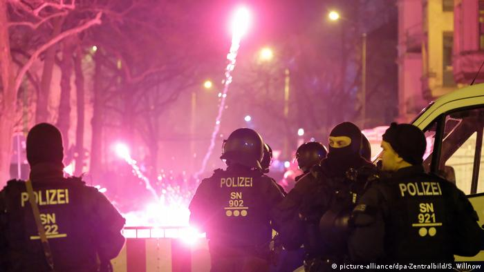 Polizisten in Leipzig-Connewitz (picture-alliance/dpa-Zentralbild/S. Willnow)
