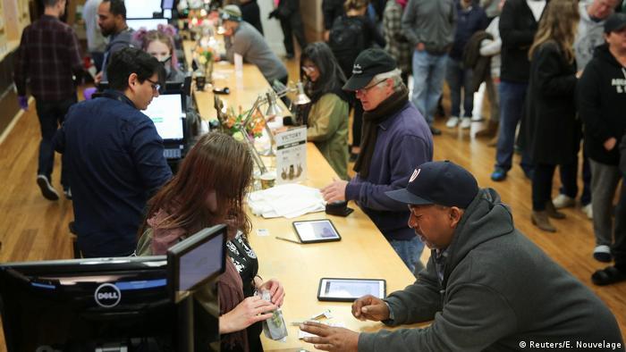 Miles compran por primera vez marihuana legal en California
