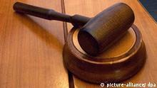 Europäischer Gerichtshof weist Klagen von Bodenreformopfern zurück Der Hammer eines Richters liegt am Mittwoch (30.03.2005) in einem Gerichtssaal im Europäischen Gericht für Menschenrechte in Straßburg. Die Bundesrepublik muss Opfer der Bodenreform in Ostdeutschland nicht höher entschädigen. Das geht aus einem Urteil des Europäischen Gerichtshofs für Menschenrechte in Straßburg hervor, das am Mittwoch verkündet wurde. Foto: Ronald Wittek +++(c) dpa - Bildfunk+++