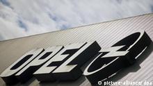 Das Logo am Opelwerk in Bochum leuchtet am 19.02.2009 in der Morgensonne. Der angeschlagene Autobauer Opel steht vor einer Übernahme durch Fiat. Das sagte der Opel- Gesamtbetriebsratsvorsitzende Franz der Deutschen Presse-Agentur dpa am Donnerstag (23.04.2009) und bestätigte damit einen Bericht von «Spiegel-Online». Die Arbeitnehmer lehnen den Einstieg der Italiener ab. Foto: Bernd Thissen dpa/lnw +++(c) dpa - Bildfunk+++