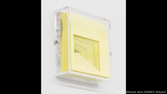 Denise Winter: Das Prinzip von Copy & Paste, 2009: Klebezettel - Zerschnittene Post-it-Blätter in einer Glasbox (VG Bild-Kunst, Bonn 2018; Foto: Hubert P. Klotzeck)
