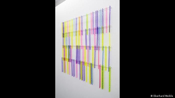 Tina Haase Zwischenmaß, 2010 Kunststoff: mehrere bunte Lineale hängen in vier Reihen untereinander an der Wand. (Eberhard Weible)