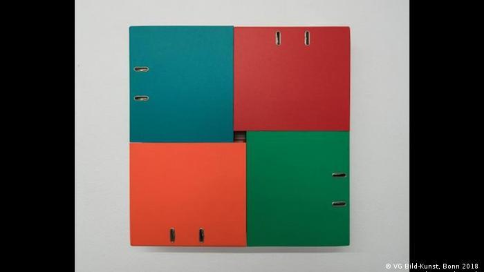 Beat Zoderer: vier Aktenordner kombiniert: vier farbige Aktenordner liegen im rechten Winkel zueinander. (VG Bild-Kunst, Bonn 2018; Foto: Hubert P. Klotzeck)