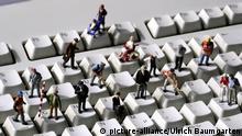 DEUTSCHLAND, Bonn, 05.04.2011 -Online- - menschliche Miniaturfiguren auf Computertastatur. | Keine Weitergabe an Wiederverkäufer.