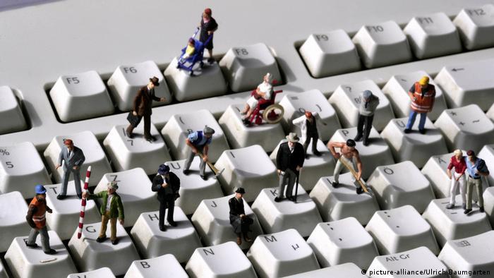 Фигурки людей на компьютерной клавиатуре