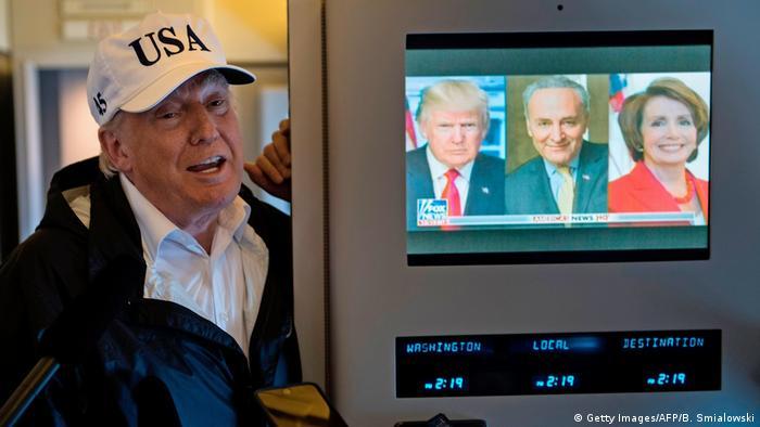 Дональд Трамп рядом с телеэкраном на борту самолета