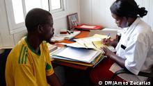 Sandra Viga - Patient mit HIV wird von einem Arzt in Mosambik behandelt