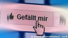 Facebook Gefällt-mir-Button mit Mouse cursor in Handform (picture-alliance/Geisler/C. Hardt)