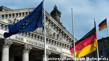 Deutschland, Berlin, Reichstag, Flaggen der Bundesrepublik Deutschland und der Europäischen Union