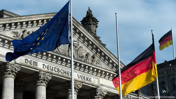 Флаги ЕС и Германии у здания Рейхстага в Берлине