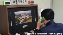 03.01.2018 *** N. Korea reopens communication channel with S. Korea A South Korean official checks out a cross-border hotline with North Korea at the liaison office in the Joint Security Area, a small strip of land at the truce village of Panmunjom, on Jan. 3, 2018. North Korea said the same day that it will reopen the suspended inter-Korean communication line at the shared border village of Panmunjom at 3:00 p.m. (Pyongyang time). (Yonhap)/2018-01-03 16:31:40/ | Keine Weitergabe an Wiederverkäufer.