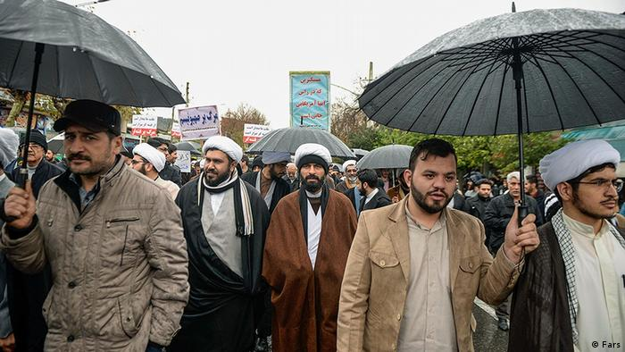 Участники демонстрации в поддержку правительства