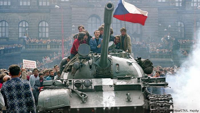 Пражката пролет от 1968 е потопена в кръв от армиите на Варшавския договор