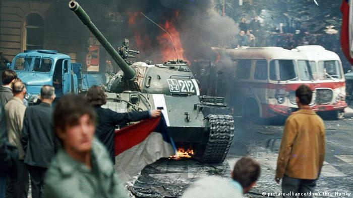 Радянські танки на вулицях Праги