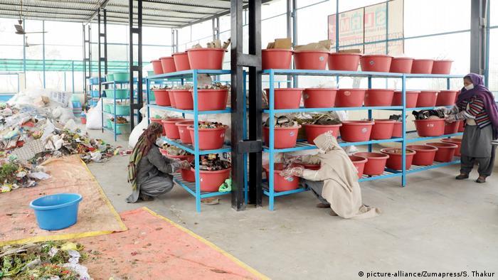 Mülltrennung in Indien (picture-alliance/Zumapress/S. Thakur)