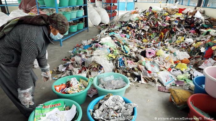 Mülltrennung in Indien (picture-alliance/Zumapress/S. Thakur )