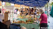 2017 Beirut – Souk El Tayeb Begonnen hatte alles 2004, als Mouzawak einen wöchentlichen Bauernmarkt im Zentrum Beiruts organisierte (Souk el Tayeb). Am Anfang wurde er für das Projekt belächelt, heute ist der Markt eine Institution: Ökologische Produkte aus der Region werden direkt vermarktet.