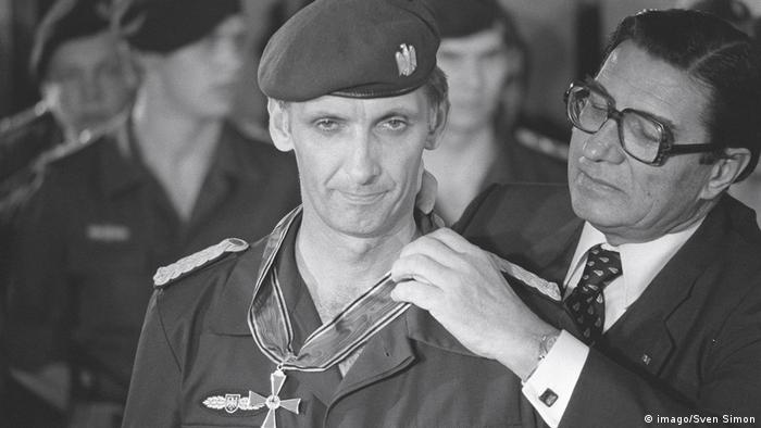Ulrich Wegener receiving medal