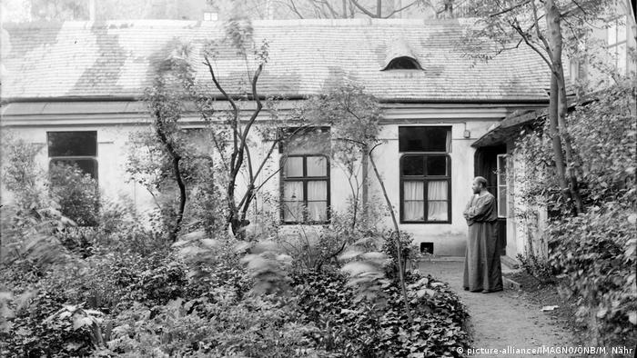 Gustav Klimt 1911 vor seinem Haus (picture-alliance/IMAGNO/ÖNB/M. Nähr)