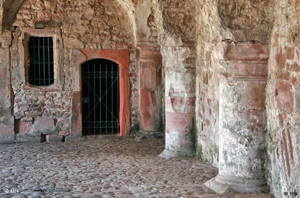 Галерея у входа в замок