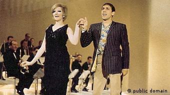 Sängerin Mina mit Adriano Celentano (public domain)