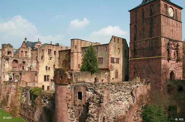 В центре - разрушенная тюремная редко пустующая башня с говорящим названием Seltenleer