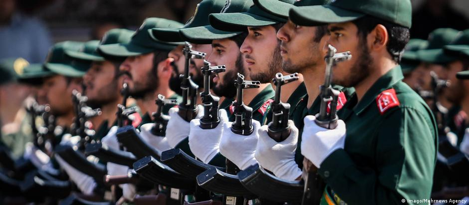 Iranian soldiers lined up holding guns