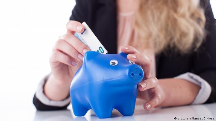 Frau spart Geld (picture-alliance /C.Klose)