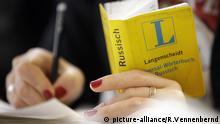Eine Teilnehmerin eines Integrationskurses sitzt mit einem Russisch-Wörterbuch in der Hand in einem Dolmetscher-, Übersetzer- und Spracheninstitut in Düsseldorf (Foto vom 10.11.2010). Die Sprache in der Bundesrepublik ist Deutsch, und Zuwanderer sollten sie lernen. Aber Tausende warten monatelang auf einen Kurs. Foto: Rolf Vennenbernd dpa/lnw (zu dpa-Korr vom 12.11.2010) +++(c) dpa - Bildfunk+++ | Verwendung weltweit
