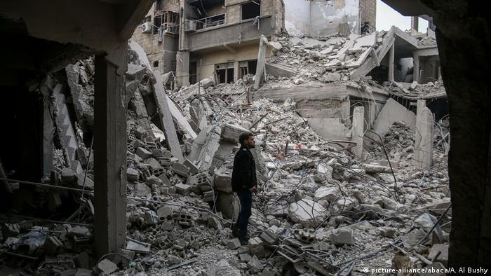 Wreckages of collapsed buildings are seen after airstrikes in the besieged town of Arbin in Eastern Ghouta, Syria (picture-alliance/abaca/A. Al Bushy)