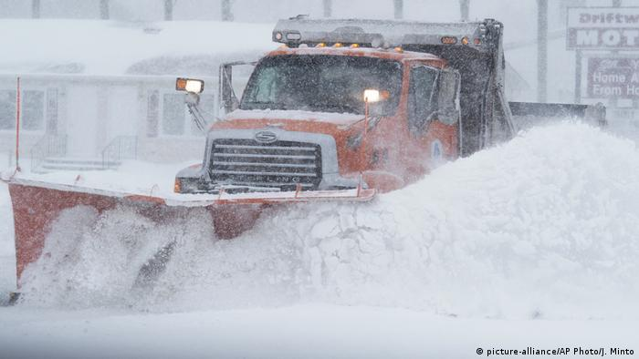 A truck plows snow in Delaware (picture-alliance/AP Photo/J. Minto)