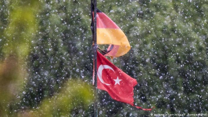 Deutschland Türkische und deutsche Fahne bei Schnee in Frankfurt am Main