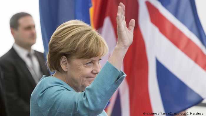 Angela Merkel vor britischer Flagge