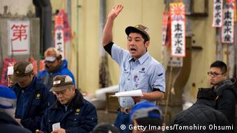 Aukcionar na aukciji ribe u Tokiju (Getty Images/Tomohiro Ohsumi)