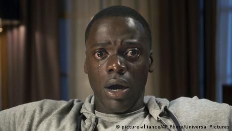 Filmstill Get Out - Szene mit einem jungen schwarzen Darsteller, der weinend und entsetzt in die Kamera blickt (picture-alliance/AP Photo/Universal Pictures)