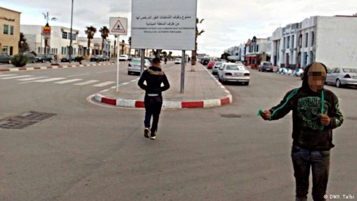 Crianças pedem esmola em esquina de Nador, no Marrocos