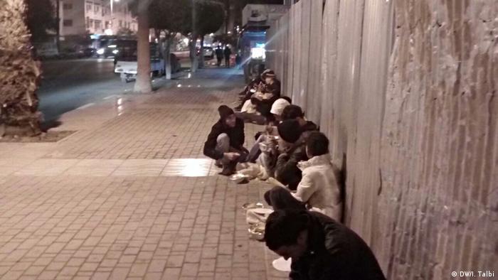 Crianças marroquinas em rua na cidade portuária de Nador