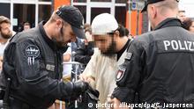 Deutschland Kundgebung von Salafisten und Gegendemonstration | VERPIXELT