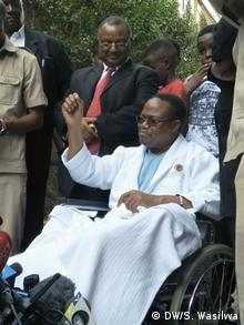 Tundu Lissu, in a wheelchair, speaks to the press(DW/S. Wasilwa)