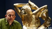 epa01507309 British artist Marc Quinn stands with his solid gold sculpture of British supermodel Kate Moss at the British Museum in London, Britain, 02 October 2008. Quinn's 50kg solid gold statue of Moss in yogic pose was unveiled to the public for the first time 02 October. Siren, a GBP1.5 million (1.9 million Euros) solid gold sculpture, is one of several contemporary sculptures in the exhibition Statuephilia. EPA/ANDY RAIN |