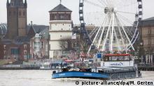 04.01.2018 Der Rhein führt am 04.01.2018 bei Düsseldorf (Nordrhein-Westfalen) Hochwasser. Der anhaltende Regen lässt den Rhein in NRW weiter steigen. Foto: Martin Gerten/dpa | Verwendung weltweit