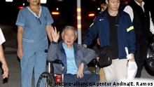 04.01.2018 Der ehemalige Präsident von Peru, Alberto Fujimori (M), wird am 04.01.2018 in Lima (Peru) in einem Rollstuhl aus einem Krankenhaus gebracht. Nach seiner überraschenden Begnadigung hat Perus autoritärer Ex-Präsident Alberto Fujimori das Krankenhaus als freier Mann verlassen. (zu dpa «Perus Ex-Machthaber Fujimori verlässt Krankenhaus nach Begnadigung» vom 05.01.2018) Foto: Eddy Ramos/Agentur Andina/dpa +++(c) dpa - Bildfunk+++ |